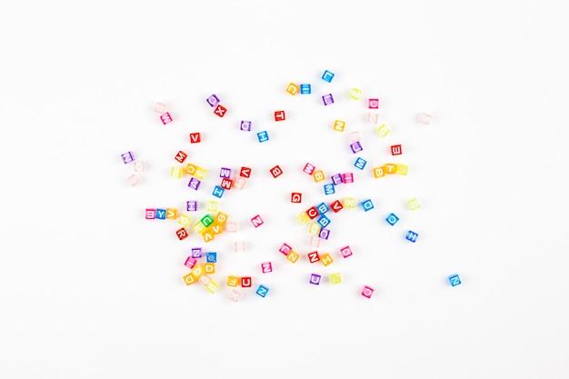 Alfabeto multicolorido em fundo branco Foto Premium