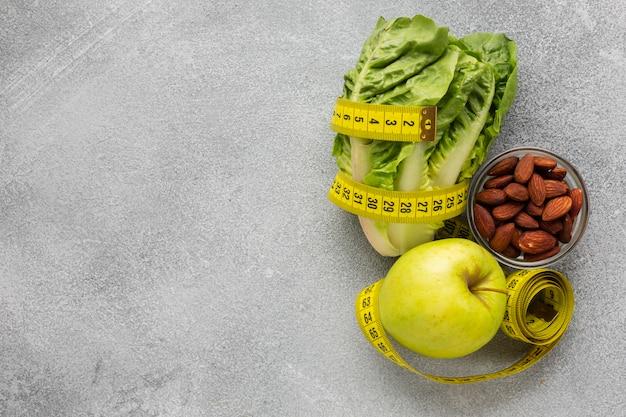 Alface e maçã com espaço de cópia Foto gratuita