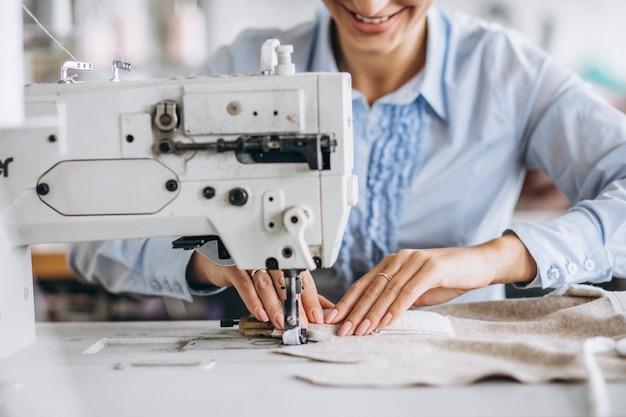 Alfaiate de mulher trabalhando na fábrica de costura Foto gratuita