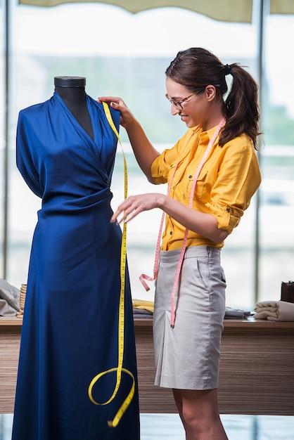 Alfaiate de mulher trabalhando na roupa nova Foto Premium