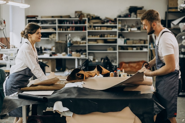 Alfaiates da família com indústria de couro Foto gratuita