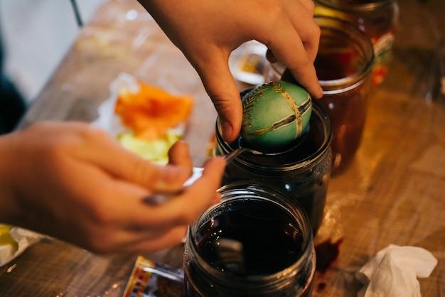 Alguém coloca ovo na água verde Foto gratuita