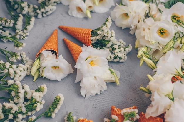 Alguns sorvetes com flores em cinza claro, vista de alto ângulo. Foto gratuita