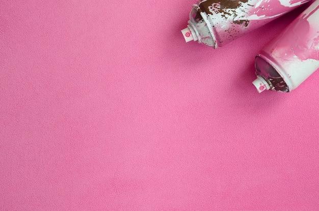 Alguns usaram latas de aerosol cor-de-rosa com gotas de tinta sobre um cobertor de tecido de lã rosa claro macio e peludo. Foto Premium