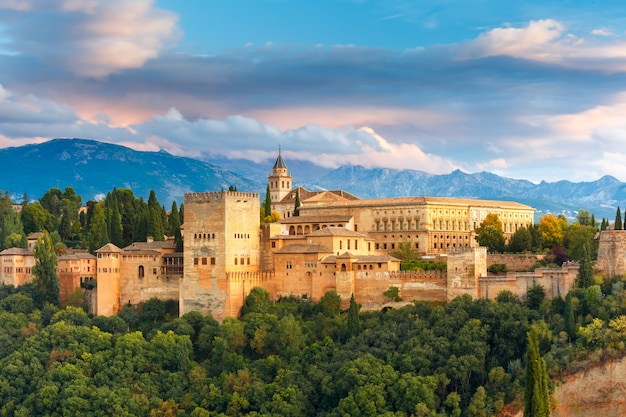 Alhambra ao pôr do sol em granada, andaluzia, espanha Foto Premium