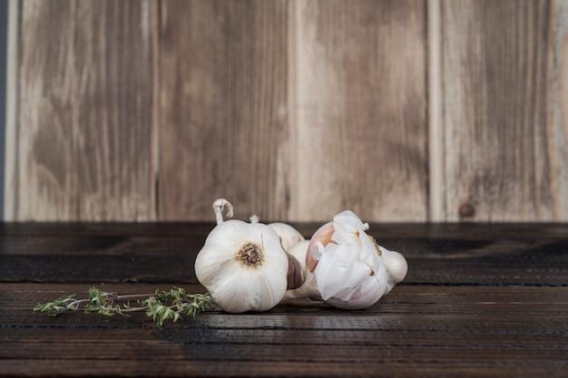 Alho na mesa de madeira Foto gratuita