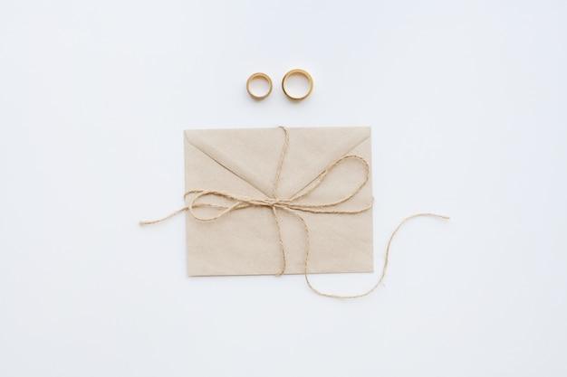 Alianças de casamento com convite e linha marrom Foto Premium