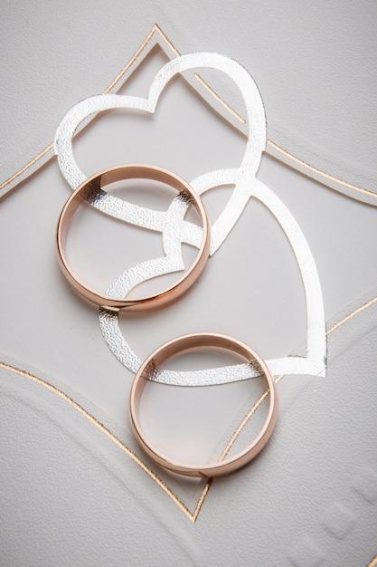 Alianças de casamento com decoração de coração Foto Premium