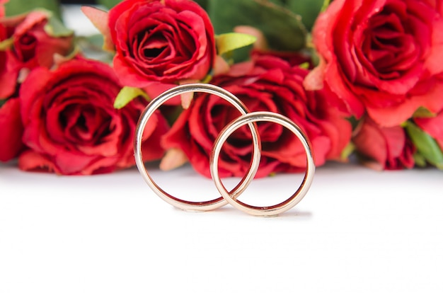 Alianças de casamento e flores Foto Premium