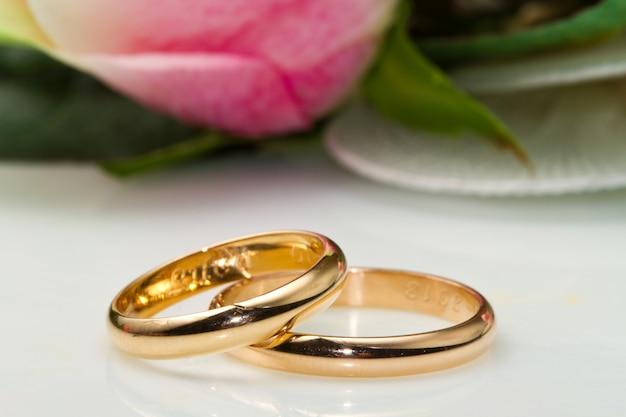 Alianças de casamento e rosas Foto Premium