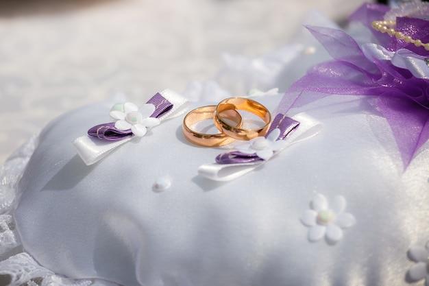Alianças de casamento em um pequeno travesseiro Foto Premium
