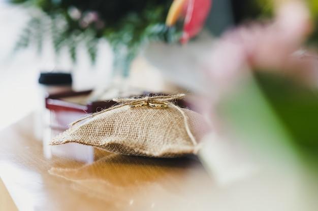 Alianças de casamento fotografadas sem ninguém. Foto Premium