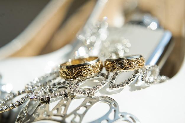 Alianças de casamento ouro criativo, close-up. Foto Premium