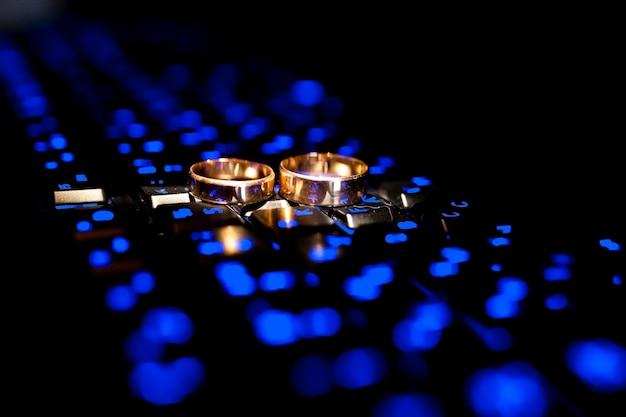 Alianças de casamento. símbolos de casamento, atributos. decoração de casamento. Foto Premium