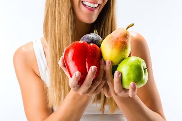 Alimentação saudável, mulher feliz com frutas e legumes Foto Premium