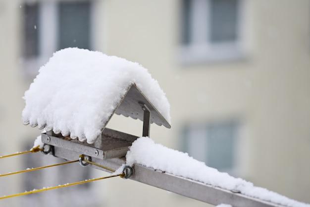 Alimentador do pássaro no inverno com neve. Foto gratuita