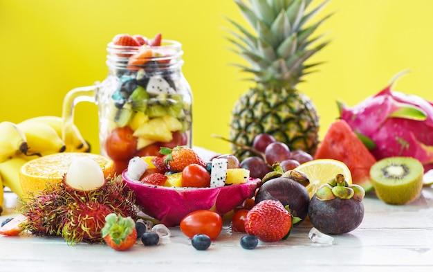 Alimento biológico saudável fresco das frutas e legumes do verão da salada de fruto. Foto Premium