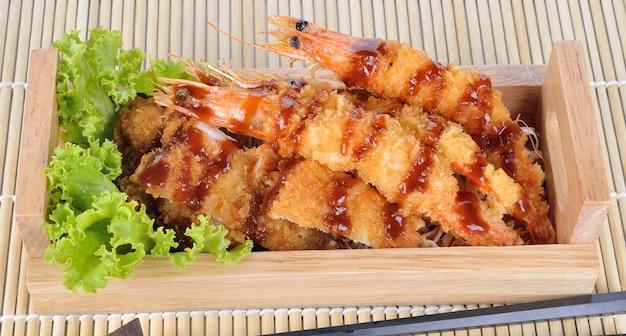 Alimento japonês - camarões fritados do tempura e carne de porco fritada. Foto Premium