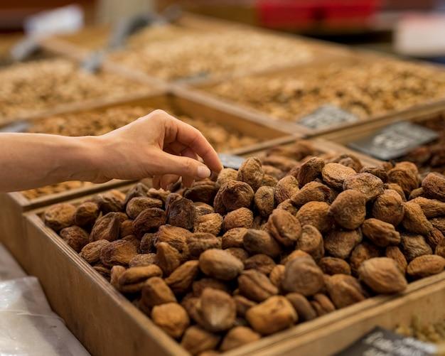 Alimentos feitos à mão e secos no mercado Foto gratuita