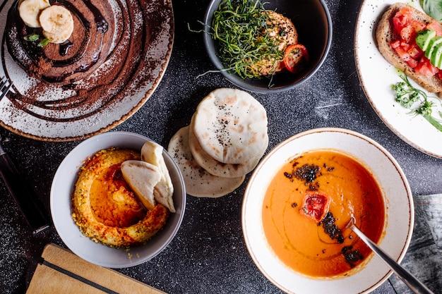 Alimentos mistos, sopa, salada e pastelaria. Foto gratuita