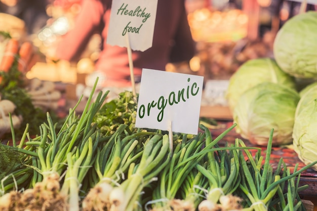 Alimentos orgânicos. comida orgânica fresca no mercado local de fazendeiros. os mercados agrícolas são uma forma tradicional de vender produtos agrícolas. Foto gratuita