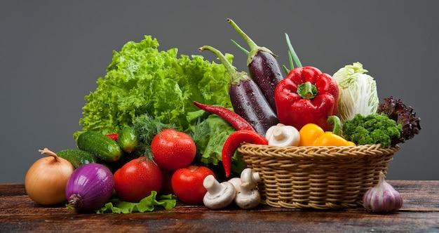 Alimentos orgânicos, legumes na cesta Foto Premium