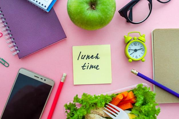 Alimentos saudáveis de levar lancheira no local de trabalho durante o intervalo de tempo. recipiente de alimentos no trabalho. vista do topo Foto Premium