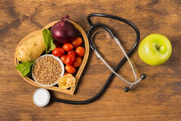 Alimentos saudáveis e equipamentos médicos Foto gratuita