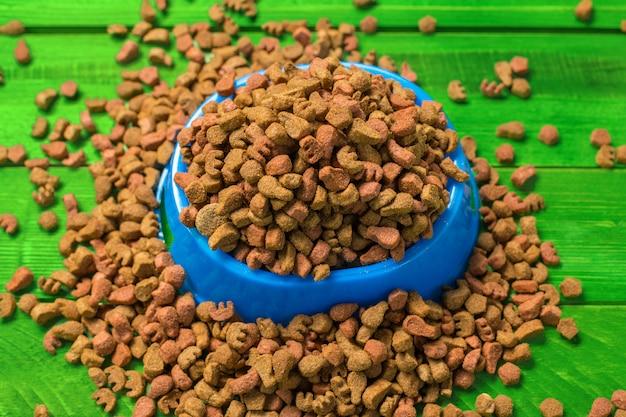Alimentos secos para cães ou gatos. Foto Premium