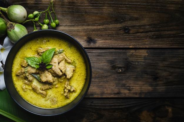 Alimentos tailandeses mais famosos; carne de porco curry verde ou tailandês em nomes Foto Premium