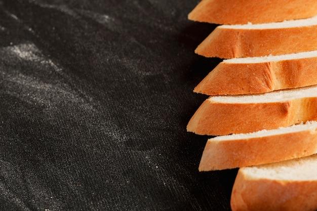 Alinhado fatias de pão fresco Foto gratuita