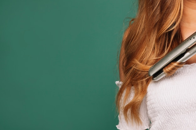 Alisador de cabelo e cabelo loiro Foto Premium