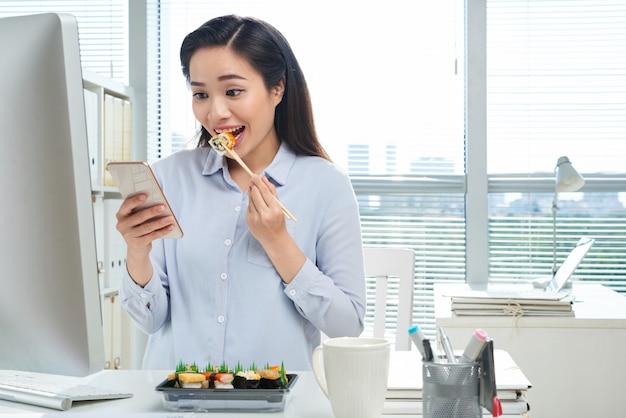 Almoçando no local de trabalho Foto gratuita