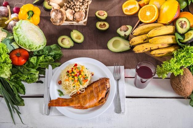 Almoço à mesa com alimentos orgânicos saudáveis. vista do topo Foto gratuita