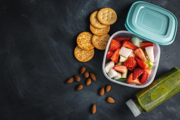 Almoço com frutas na caixa Foto gratuita