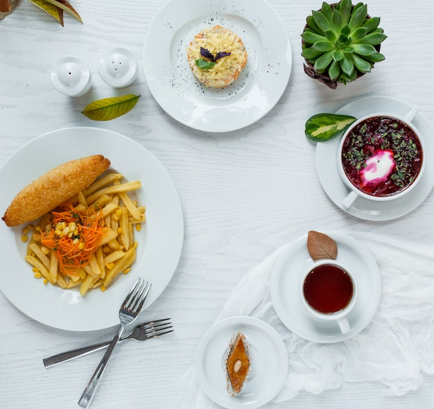 Almoço de negócios em cima da mesa Foto gratuita
