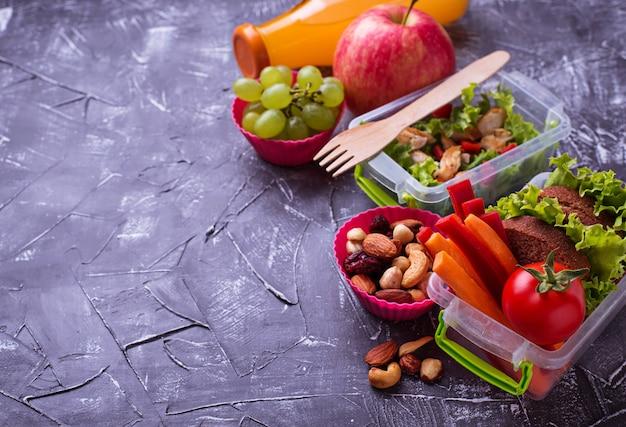 Almoço escolar. salada, sanduíches, frutas e nozes Foto Premium