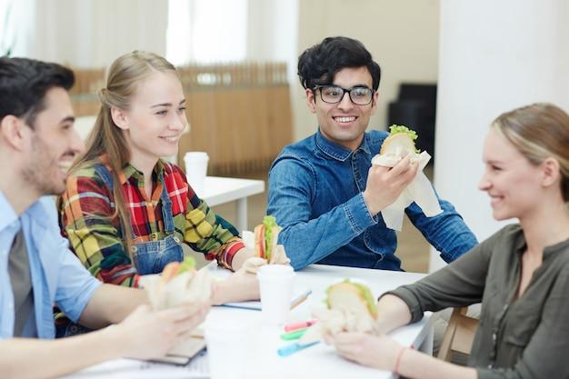 Almoço na faculdade Foto gratuita