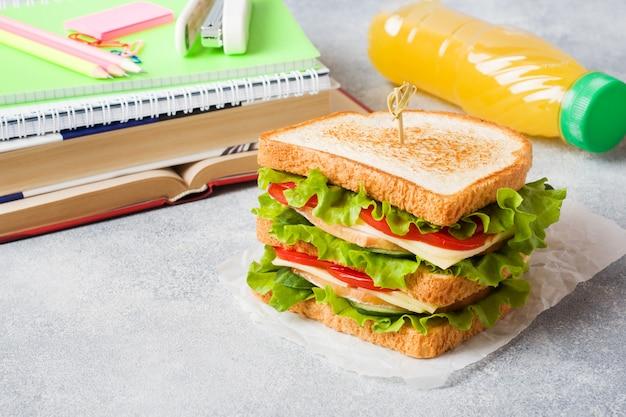 Almoço saudável para escola com sanduíche, maçã fresca e suco de laranja Foto Premium