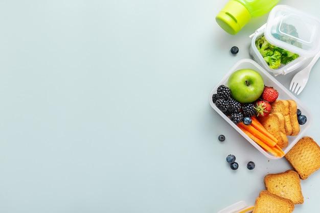 Almoço saudável para ir embalado na lancheira Foto gratuita