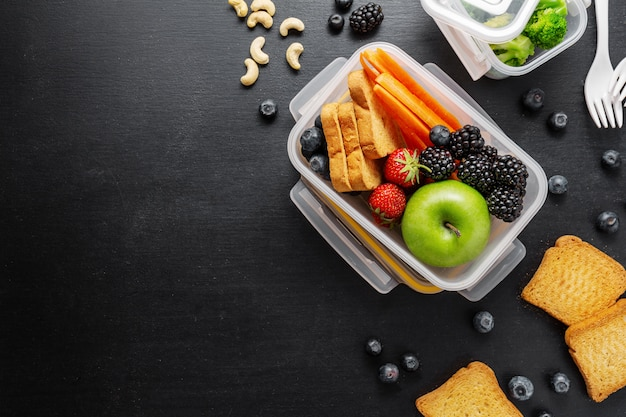 Almoço saudável para ir embalado na lancheira Foto Premium