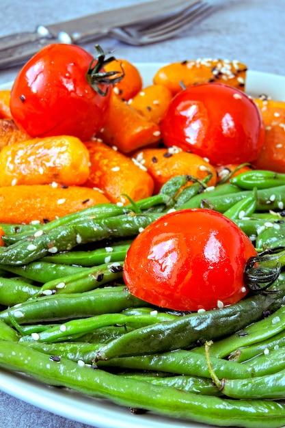 Almoço vegano. salada útil de feijão verde e cenoura. feijão verde e cenoura. Foto Premium