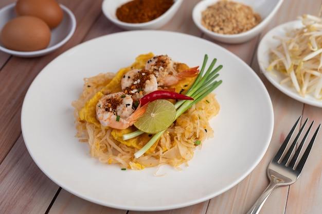 Almofada camarão fresco tailandês em um prato branco. Foto gratuita