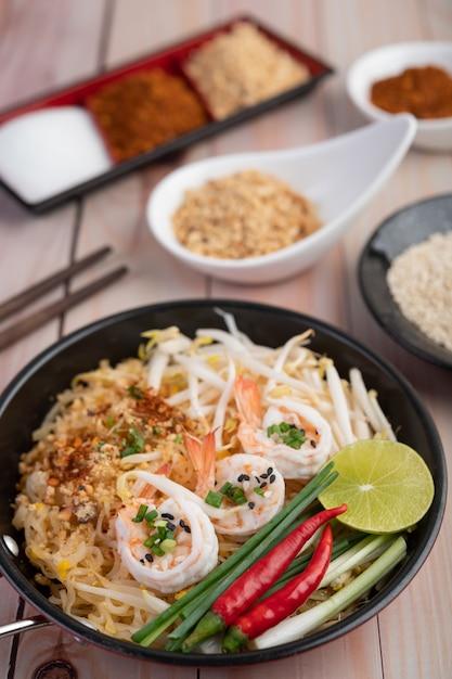 Almofada camarão fresco tailandês em uma panela. Foto gratuita