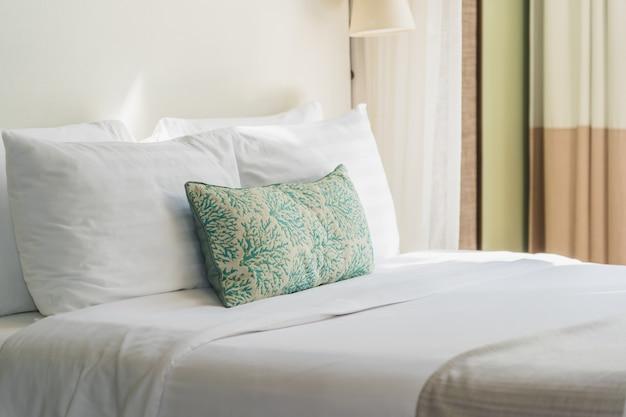 Almofada confortável branca no interior da decoração de cama Foto gratuita