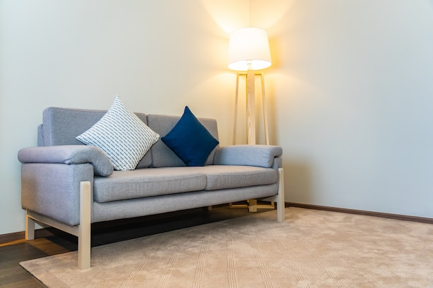 Almofada confortável na decoração do sofá com o interior da lâmpada Foto gratuita