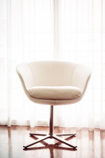 Almofada de luxo bonito na decoração do sofá no interior da sala de estar - filtro de luz vintage Foto gratuita