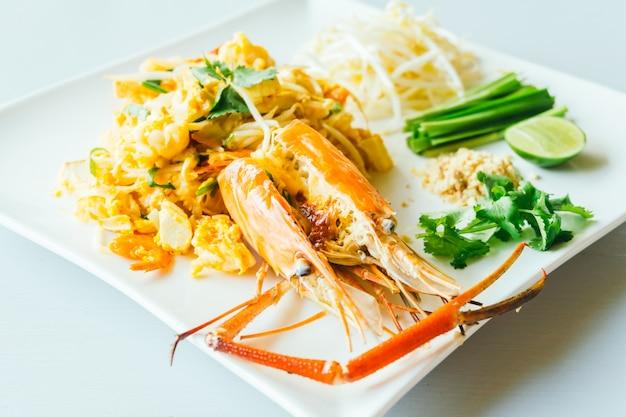 Almofada macarrão tailandês com camarão jumbo Foto gratuita