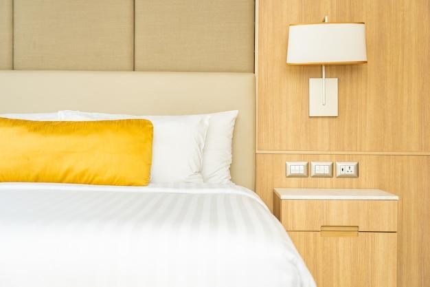 Almofada na cama com interior de decoração cobertor Foto gratuita
