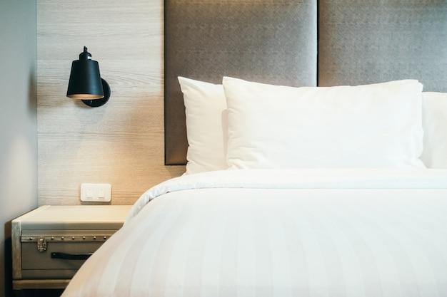 Almofada na cama Foto gratuita